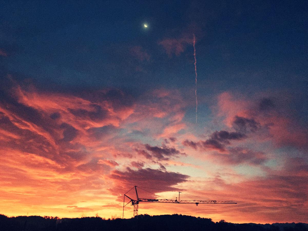 Baukran im Sonnenaufgang