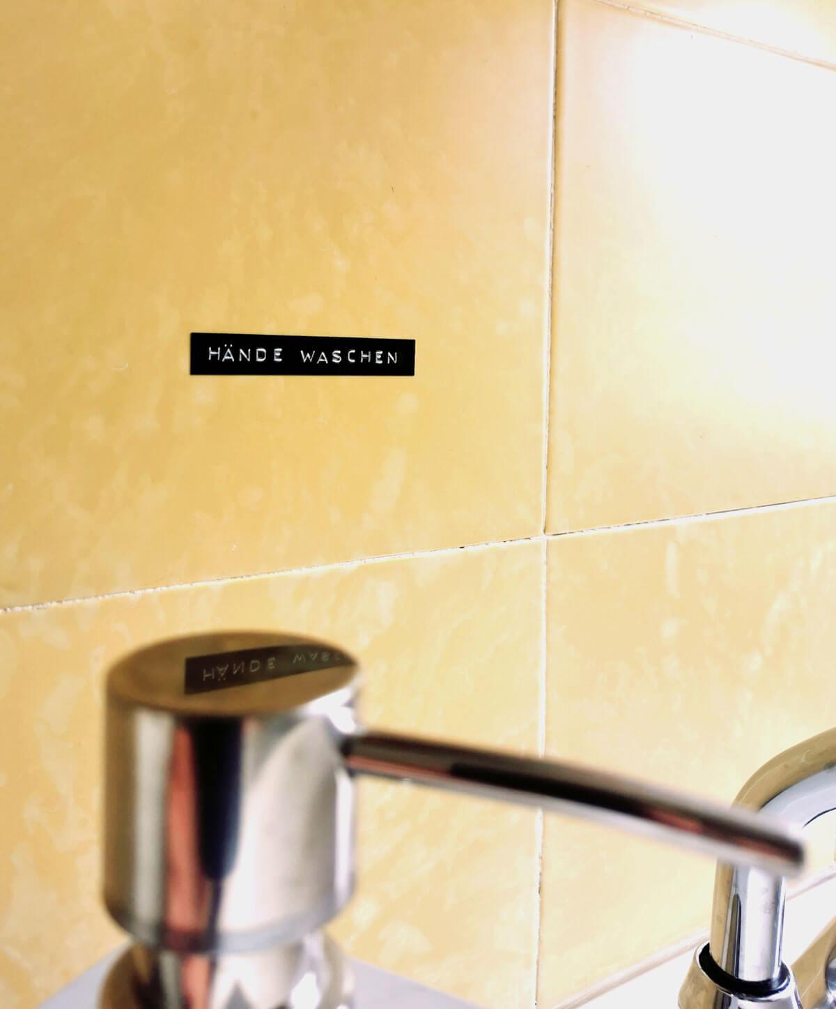 Hände Waschen Schild auf Fliesen