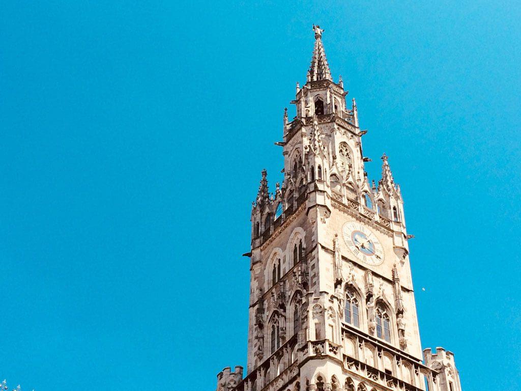 Kirchturm vor strahlend blauem Himmel