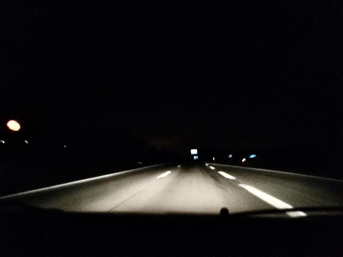Nachtfahrt auf leerer Straße
