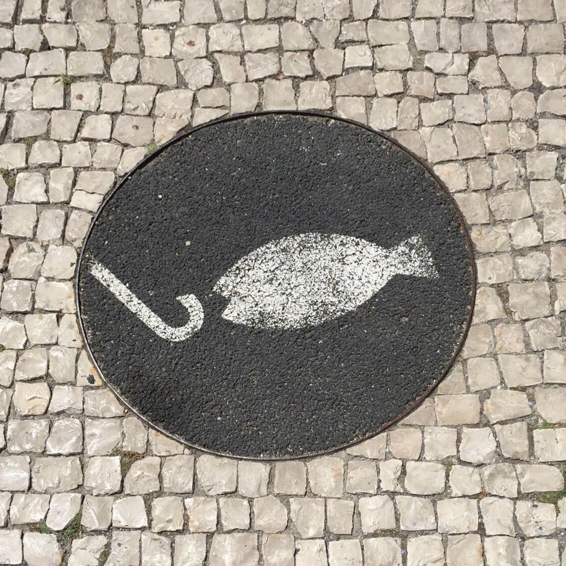 Street Art auf einem Gullideckel