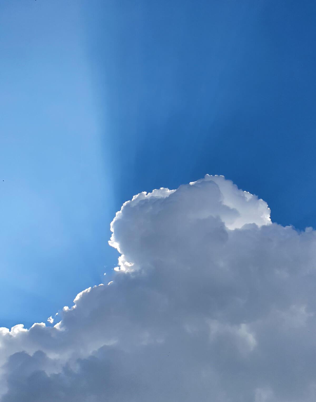Weiße Wolke in blauem Himmel